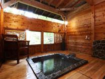 開放的な木々に囲まれた露天風呂。