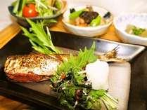 博多朝ごはん♪本日の焼き魚・お味噌汁・ごはんかお粥。小鉢は取り放題!