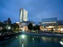 富山空港・富山ICから車で約20分、富山駅からは市内環状線セントラム利用。国際会議場前下車徒歩0分。