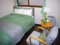 西洋アンティークの家具が落ち着きを感じさせるセミダブルルーム