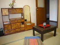 昔の家具を配置したなつかしい雰囲気の和室