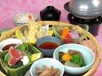 一番人気のアラカルトメニュー、ゆの森弁当に陶板焼をプラス、格安プランです。