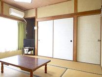 【和室6畳】テレビやエアコンも完備。ゆっくりとお過ごし下さい。