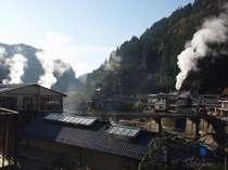 冬の朝の杖立温泉。澄んだ空気に映える湯煙が、温泉情緒たっぷり