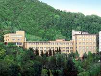 ホテル全景_夏は緑の山の中にあり目前には網走湖・・・ロケーションはバッチリです。