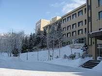 ホテル全景_冬はまさに白銀の世界・・・冬の風物詩あったか網走会場はスグそこ・・2月から