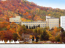 *秋には当館周辺の自然が一気に色づきます。