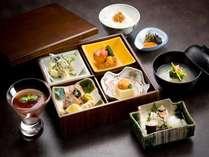 旬の食材を活かした、松花堂弁当を是非お楽しみ下さい。(※写真はイメージです。)