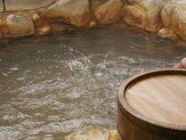 岩風呂(出雲・斐伊川の岩を使用しています。)。新岩風呂・石風呂・貸切風呂の3つの湯で癒しのひと時を♪