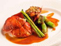 調理の直前まで生きている新鮮な活オマール海老は、食感が