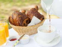 【朝食】フランスから輸入した焼立てクロワッサン、 デニッシュをご用意