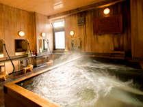 古代檜を使った浴槽。温泉ではございませんが檜の香り漂う中ゆっくり疲れを癒していただけます。