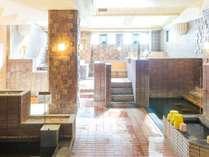 朝の日光がさしこむ大浴場。湯田中温泉随一を誇る大浴場もちろん源泉かけ流し