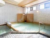 朝の日光が清々しい大浴場