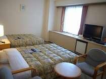 ツインのお部屋。広めのお部屋で大きな薄型TVをご覧になって、ゆったりとおくつろぎください。
