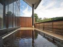 *四季折々の変化の楽しめる露天風呂。解放感が気持ちいいと好評です!