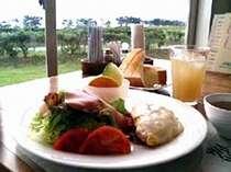 朝日が昇る側で海を見ながら朝食を(洋食一例)