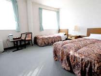 【スタンダードツイン一例】明るい光が差し込むお部屋でゆっくりお寛ぎいただけます。