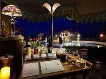 【ラウンジサービス】ご夕食後、ライトアップされたプーリを眺めるラウンジに食後酒をご用意。