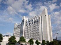 ≪ホテルクラウンパレス北九州≫ホテル横のバス停からは、北九州空港行きのリムジンバスが出発いたします。