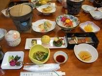 夕食の一例 素材の味をいかし、季節に合わせた料理を楽しむことが出来る夕食(和食膳)PM6~PM7時30分