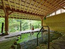 *ひのきの湯(露天風呂)/山の木々が萌黄色に色付く季節。気持ちのいい湯浴みをご堪能下さい。