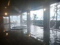 [女性大浴場]男女18mの大浴場は海のすぐ際にあり、季節を感じる海風が心地よく流れます。