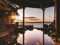 夕時の露天風呂。海との一体感を味わえるロケーションです
