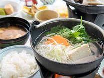 *ご朝食一例<和食>和のおかずを天然水で炊き上げた地元産北杜米、オリジナル味噌を使った味噌汁と共に。
