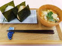 *ご朝食一例<軽朝食>「おにぎりのためのお米」ブレンド米のおにぎり食べ放題と具沢山味噌汁をご用意。