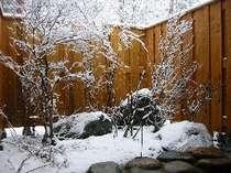 雪の降りしきる露天風呂。