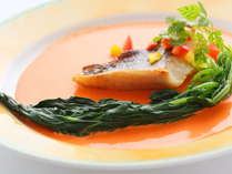 本日のお魚料理はメバルを赤ピーマンソースで。
