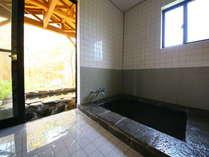 内湯と露天が楽しめる貸切風呂