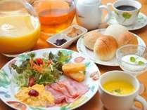 朝食も品数たっぷりアメリカンスタイル