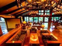 ラウンジは暖炉と木の落ち着いた雰囲気でお客様を温かくお出迎えします。