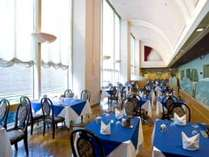 大きな窓から滝を望みながら食事 レストラン「オーロラ」