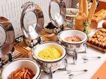 朝食ブッフェ定番の卵料理やフレッシュサラダなど
