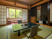 【松の間】窓からの渓谷を見渡せる眺めのよいお部屋です。和室の良さを満喫♪(トイレ付)