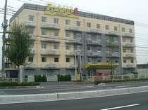 建物はモダンなツートンカラーです。通りにも面し目立つ建物です。北関東道駒形インターより3分
