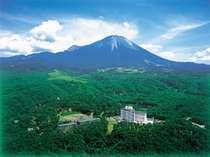 閑静な山麓に佇む高原リゾート。大山のすぐ側で弓ヶ浜半島と日本海を望める絶景のロケーション!