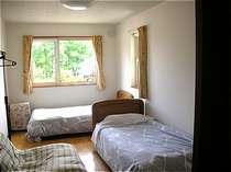 8畳強の洋室。洗面付。3名様までご利用可。