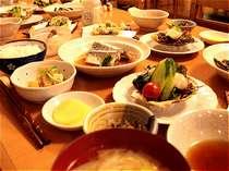 夕食の一例です。日替わりで、和風と洋風の家庭料理をお出ししています。
