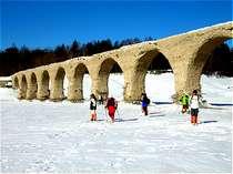 北海道遺産のタウシュベツ川橋梁は、凍った湖を横断してゆくこともできます。