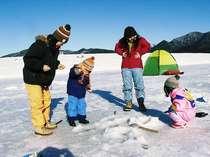 冬の糠平湖ではワカサギ釣りを楽しむことができます