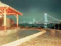 明石海峡大橋が一望できる公共温泉「松帆の郷」は、ホテルから車で約15分