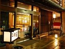 民芸風モダン数奇屋造りの佇まい、玄関先の人力車が目印です。