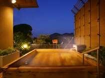 花しぶき天然温泉露天風呂、晴れの日は夜空を眺めながらお楽しみください。