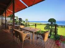 料亭前のオープンテラス目の前の海を眺めながら一杯いかがでしょうか?