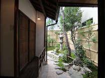 季節折々の表情が楽しめる坪庭を望む和室