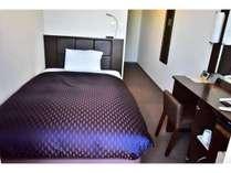 【快適なお部屋】シングルルームはベッド幅120cmを使用。快適にお過ごしいただけます。